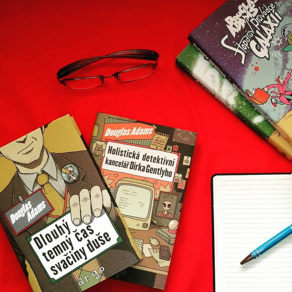 Douglas Adams to není jen Stopařův průvodce Galaxií, mimo jiné vytvořil i výbornou postavu výrazného detektiva Dirka Gentlyho, jehož případy se dočkaly nového vydání @argo.cz #dirkgently #dirkgentlysholisticdetectiveagency #czechedition #douglasadams #tochces #musthave #booktip #newbook #booklover #bookstagram #instabook #holistic #scifi